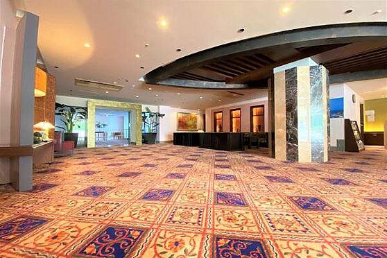リゾートマンション-熱海市上多賀 ロビー:アジアンテイストにコーディネートされた上品なロビー。リゾートホテルのような佇まい。