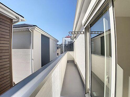 新築一戸建て-名古屋市守山区新守山 2部屋分のバルコニーで洗濯物もたくさん干すことができます。