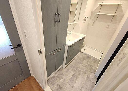 中古マンション-名古屋市守山区西城2丁目 洗面所にも収納が備え付けられています。タオル類や洗剤など収納できて便利です。