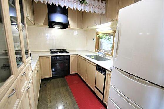 中古一戸建て-田方郡函南町畑 【キッチン】キッチンは経年を感じるものの、手入れよく利用されています。吊戸棚もあり収納面は大変充実。