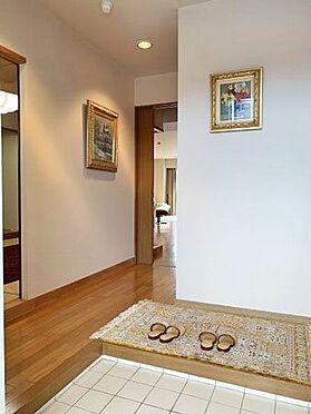 中古マンション-伊東市富戸 ≪玄関≫ 明るく清潔感のある玄関部分。