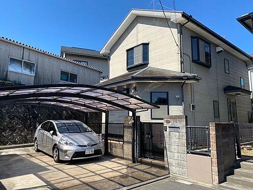 中古一戸建て-町田市小山町 南東側より望む駐車スペースと外観。