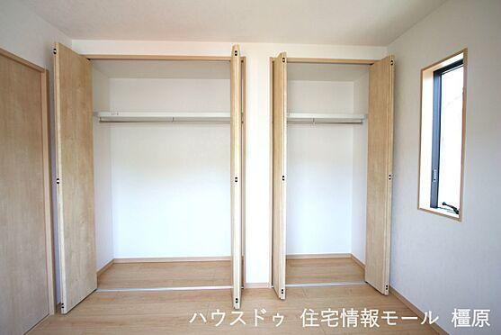 戸建賃貸-高市郡明日香村大字岡 洋室には全てクローゼットがございます。沢山の衣類や小物もすっきり整理できますね。