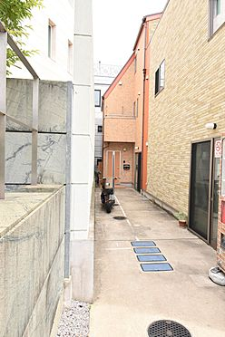 戸建賃貸-港区南青山4丁目 共同住宅出入口に続くアプローチ