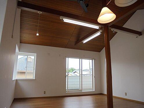 中古一戸建て-町田市金井町 2階リビング 約14.9帖 天井が高くて開放感があります。
