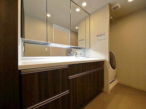 中古マンション-品川区東品川4丁目 三面鏡の付いた洗面化粧台は、鏡面裏側にも機能的な収納を配置。