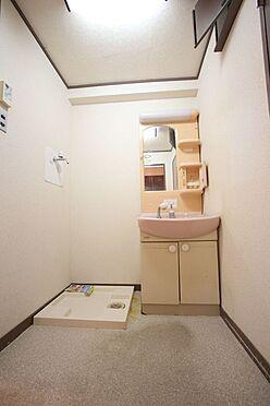 中古マンション-橿原市栄和町 大型の洗濯機も無理なく設置できる広さを確保。洗面台は便利なシャワー付きです。
