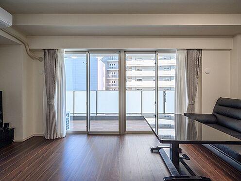 中古マンション-品川区東品川4丁目 【Living room】明るく爽やかな光と風をリビングにもたらす、ワイドな開口をご用意しました。
