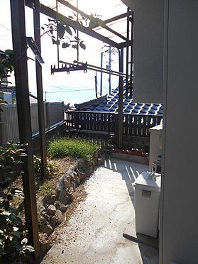 アパート-呉市汐見町 南向きの洗濯物干し場は屋根付きで突然の雨も安心