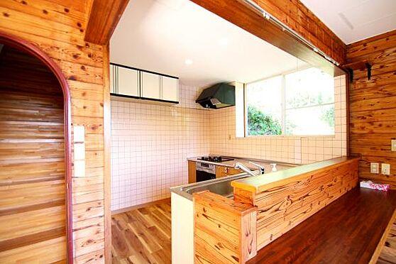 中古一戸建て-熱海市上多賀 キッチンはL時キッチン。カウンターも有り、ダイニングテーブル不要なおしゃれな造り。