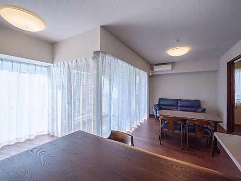 中古マンション-品川区勝島1丁目 【Living room】縦長ワイドなので、机や椅子のレイアウトがアレンジしやすいのが特徴です。