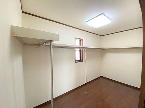 中古一戸建て-長久手市山野田 2階には大型ウォークインクローゼットがあり、衣服以外にも収納できるスペースがございます。