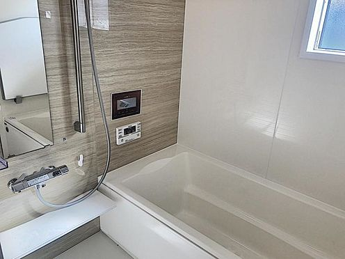 新築一戸建て-半田市平地町1丁目 足を伸ばしてゆっくりくつろげる浴槽サイズ。滑りにくい設計でお子様とのお風呂も安心です。