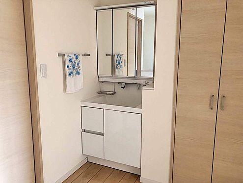 戸建賃貸-岡崎市桑原町字緑陽台 ゆとりの洗面スペースで朝の身支度も快適スムーズに。