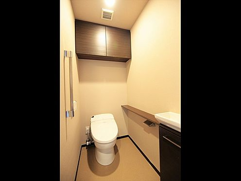 中古マンション-中央区晴海3丁目 最新式のタンクレストイレ、小さな手洗いボウルもついております。