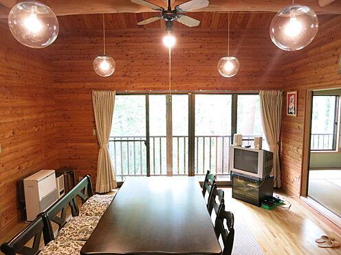 中古一戸建て-北佐久郡軽井沢町大字長倉 木の雰囲気に覆われた室内の空間、山荘という言葉がぴったり。