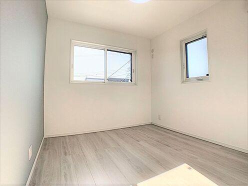 新築一戸建て-西尾市吉良町木田祐言 二面採光の明るい洋室。各居室に収納完備、お部屋を広く使えます。