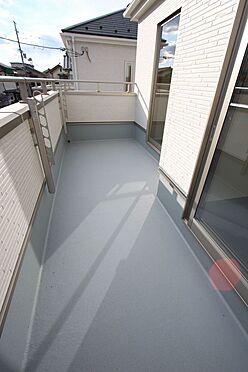 新築一戸建て-大和高田市大字有井 3室から出入りできる南向きバルコニー。沢山のお洗濯物もゆったり干せます。(同仕様)