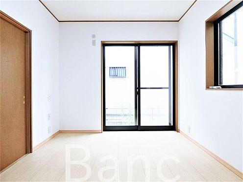 中古一戸建て-足立区佐野2丁目 バルコニーに繋がる明るいお部屋です。