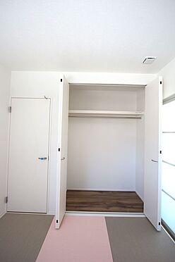 新築一戸建て-磯城郡田原本町大字阪手 可愛らしい色合いの琉球畳を敷き込みました。クローゼットタイプの押入れはふすま貼替の手間も無く、お手入れ楽々です。