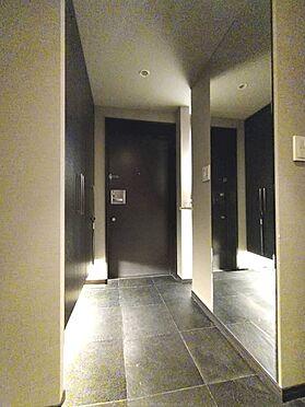 区分マンション-中央区湊3丁目 天然石の土間。上がり框を設けず玄関からオールフラット。隠れ家に訪れたような瀟洒な空間。