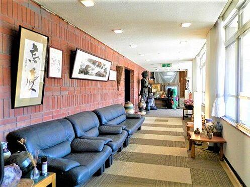 中古一戸建て-田方郡函南町平井南箱根ダイヤランド ソファなどを置いても充分な広さを感じる廊下(ホール)です。絵画や書物などを飾りたくなりますね。