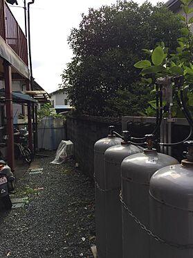 アパート-磐田市西貝塚 1階通路とボンベ設置状態