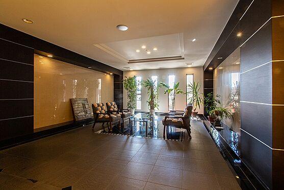 マンション(建物一部)-本庄市駅南1丁目 1階エントランスを入るとラウンジスペースがございます。お部屋の外でのちょっとした打合せや来客対応にお使いください。
