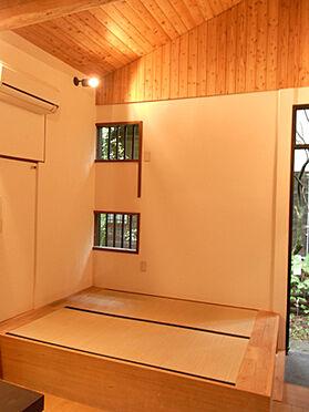中古一戸建て-北佐久郡軽井沢町大字長倉 リビング部分には小上がり部分もございます。
