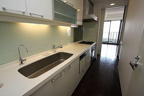 マンション(建物一部)-港区港南2丁目 約4.6帖のキッチン。2WAYで家事導線も考慮されています。