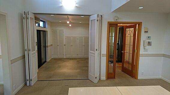 店舗・事務所・その他-平塚市諏訪町 中央の洋室から洋室5.2帖を撮影しました。
