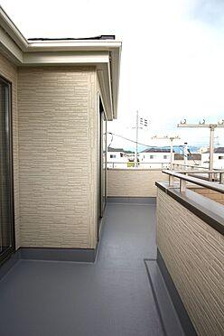 戸建賃貸-大和高田市大字吉井 2室から出入りできる南向きバルコニー。沢山のお洗濯物もゆったり干せます。