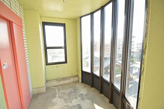 マンション(建物全部)-瑞穂市別府 特徴的な窓で解放感ある共用スペース。