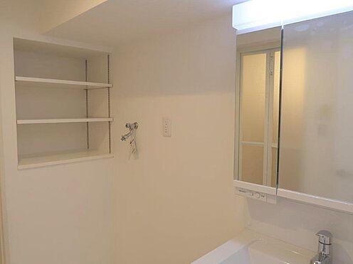中古マンション-多摩市関戸2丁目 収納も多く、見やすい三面鏡で清潔感ある洗面台は、身だしなみチェックや肌のお手入れに最適です。