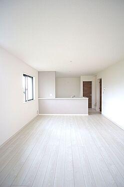 戸建賃貸-大和高田市大字吉井 17.5帖のLDKは南向きの明るい室内です。ご家族が顔を合わせやすいリビング階段を採用しました。