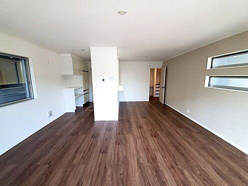 新築一戸建て-町田市金井7丁目 リビングにはキッチン前と居間スペースに人気設備の床暖房が搭載されています。