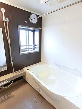 中古マンション-八王子市松木 浴室乾燥機を完備したいます。お風呂場に窓がついています。