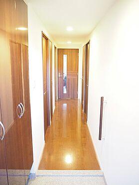 中古マンション-八王子市松木 すっきりとした玄関、廊下となっており生活のしやすい間取りです。