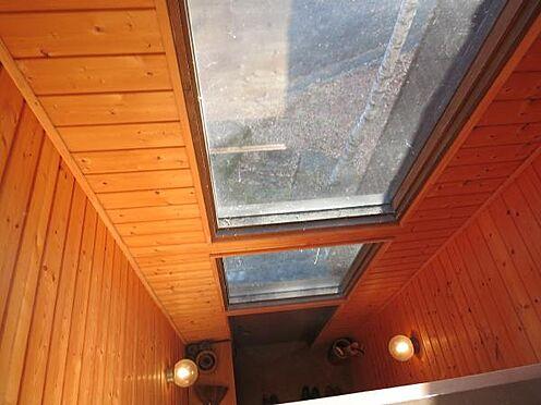 中古一戸建て-北佐久郡軽井沢町大字長倉 玄関上の窓の部分です。室内が明るいです。