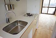 清潔感のある白いキッチン。オシャレで使い勝手のいい水栓と、便利な2口コンロです。
