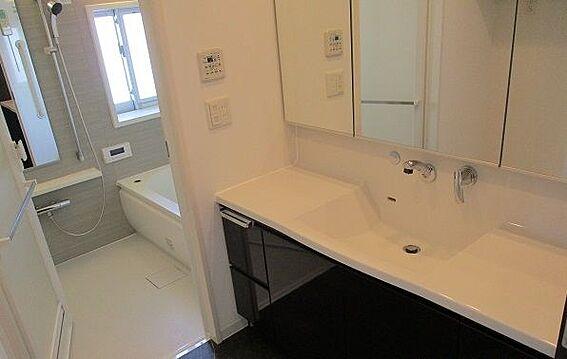 中古マンション-豊田市田中町5丁目 朝の準備がはかどる三面鏡の洗面台です。収納もあり、歯ブラシやワックスなど物が増えやすい洗面台もスッキリ保てますね。