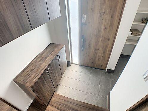 戸建賃貸-西尾市吉良町木田祐言 タイル張りの収納豊富な玄関です。