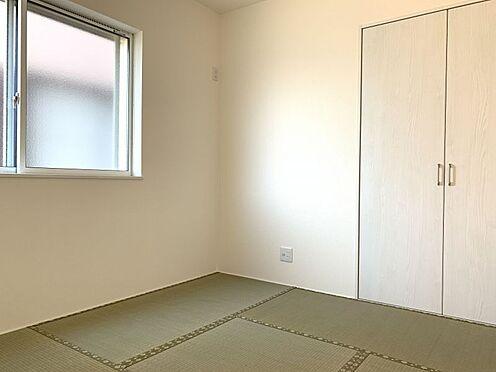 新築一戸建て-西尾市伊藤2丁目 リビング隣の和室は、趣ある安らぎ空間。来訪時や家事スペースとしても重宝します。