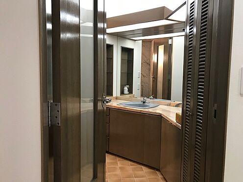 区分マンション-港区三田5丁目 洗面室にはリネン庫として利用できる収納が備わっています。