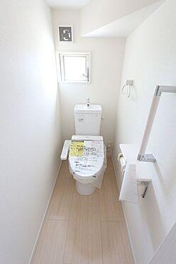 戸建賃貸-北葛城郡広陵町大字三吉 2か所のトイレは朝の混雑緩和に活躍します。1・2階共に温水洗浄便座を完備しております。(同仕様)