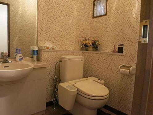 中古マンション-田方郡函南町平井 化粧室:広さにゆとりのあるトイレは温水洗浄便座付きです。