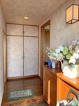 中古一戸建て-伊東市赤沢 ≪玄関≫ すっきりとして明るい印象の玄関です。