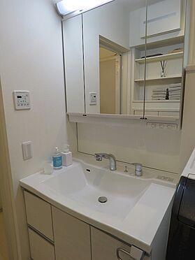 中古一戸建て-八王子市鑓水2丁目 洗面台は三面鏡タイプの収納付き