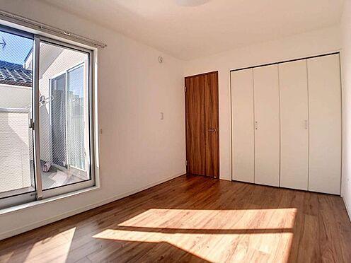 中古一戸建て-春日井市六軒屋町6丁目 南側6.0帖洋室 バルコニーに面しているので、陽の光が存分に差し込みます!