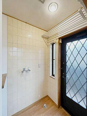戸建賃貸-浦安市舞浜3丁目 1階洗濯機置き場。勝手口もあり、お洗濯に便利な動線です。